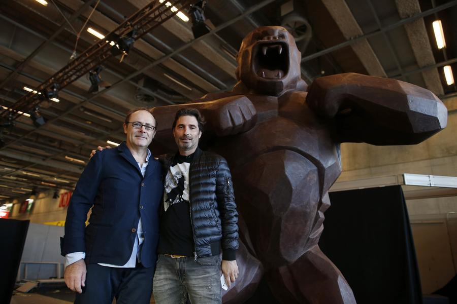 Richard Orlinski et Jean-Paul Hévin devant leur King Kong géant en chocolat